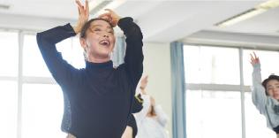 現役のプロのダンサーから指導を受けられる