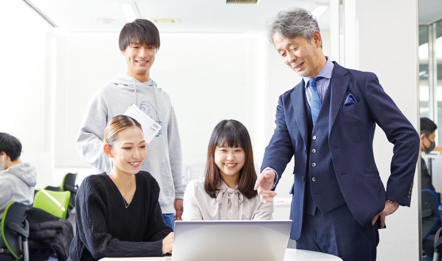「経営学」と「教育学」を中心に各コースの専門分野に対応できるスキルやリーダーシップ力を養う。