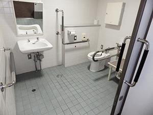 大学本館(5号館)1階 車いす対応トイレ