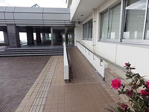 本館(5号館)正面玄関前スロープ