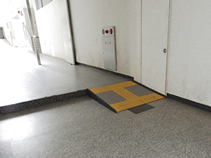 福山記念館1階 点字スロープ
